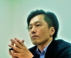 インタビューを受けているカレイドソリューションズ代表取締役社長高橋興史